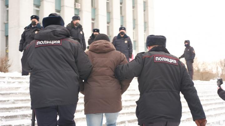 После архангельской акции в поддержку Навального в полицию доставили 29протестующих