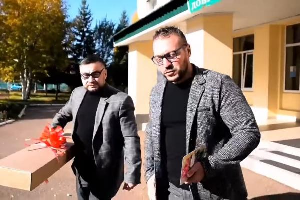 Активисты ходили с большой коробкой, делая вид, что несут подарок директорам на День учителя