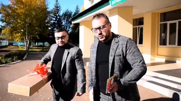 В Башкирии активисты смогли войти с муляжом автомата в школу, вуз и детсад