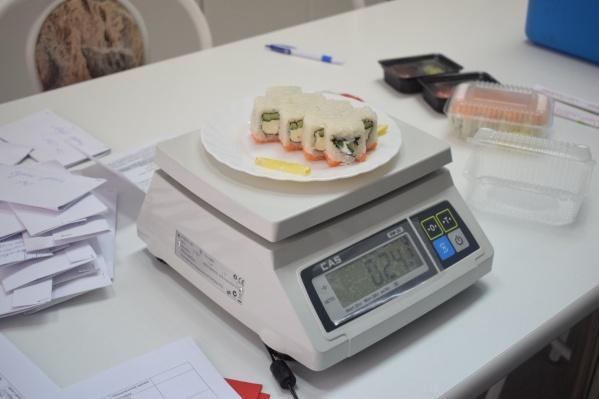 Суши с курицей отравились 25 человек