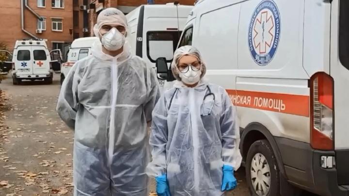 «Все работают в режиме красной зоны»: врачи скорой помощи рассказали, что происходит в городе