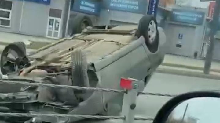 На Братьев Кашириных машина перевернулась после наезда на тросовый разделитель