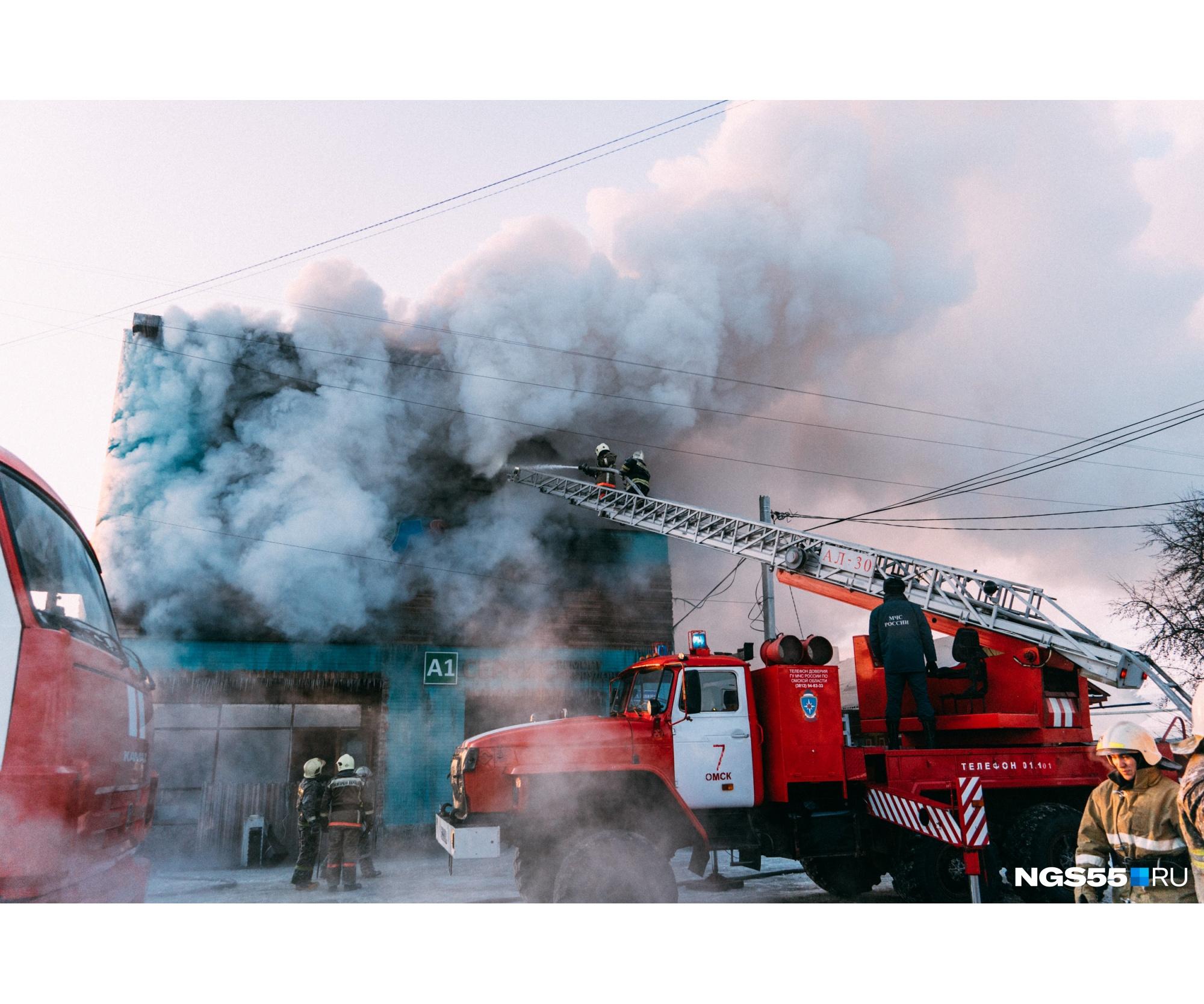 """Поскольку пожару&nbsp;присвоили повышенный ранг, на место происшествия пригнали огромное количество техники — <nobr class=""""_"""">23 машины</nobr>, а тушили огонь <nobr class=""""_"""">96 сотрудников</nobr> МЧС"""