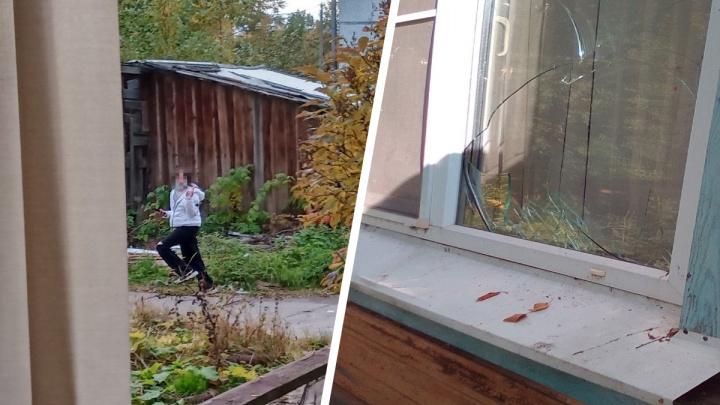 «Бросали кирпичи и петарды в окна»: в Архангельске подростки заперли маму и дочь в их доме
