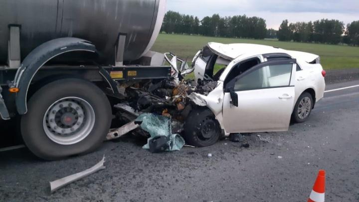 Под Омском иномарка влетела в автоцистерну — погиб водитель