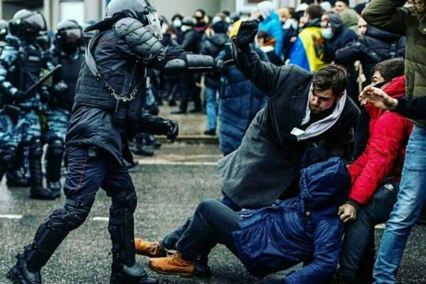 Парень в пальто и белом шарфе — это Глеб Марьясов, секретарь красноярского отделения Либертарианской партии России