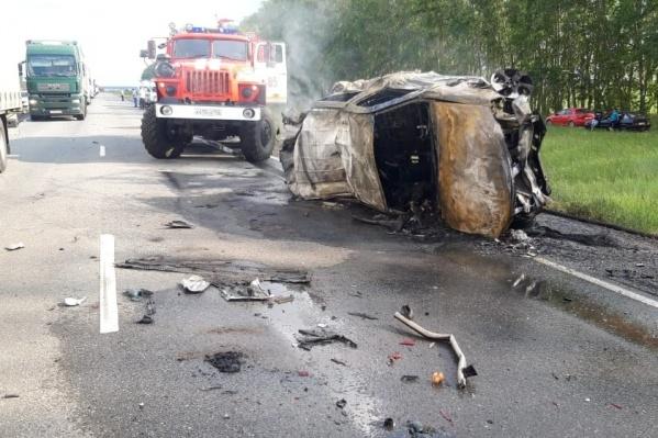 Машина, в которой находились погибшие, загорелась после столкновения с грузовиком