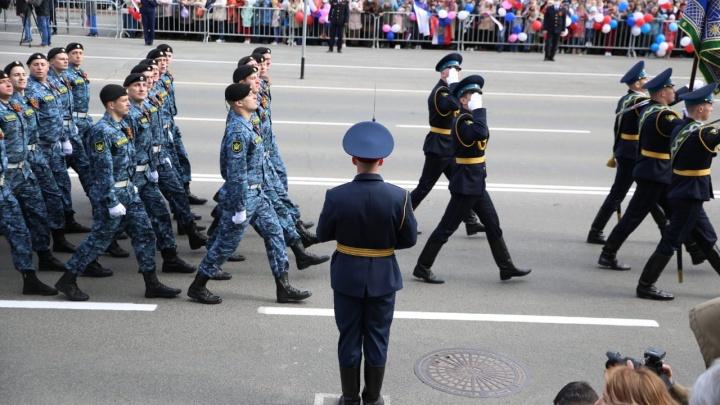 Сотрудники Росгвардии устроили парад под окнами ветеранов
