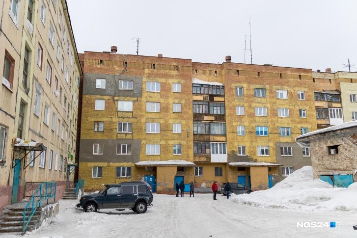 Дом на Московской в апреле уже экстренно расселили, объявив режим ЧС. Аварийным его признали лишь за полгода до этого