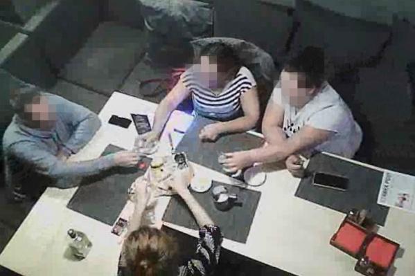 Чиновники устроили разборки в баре