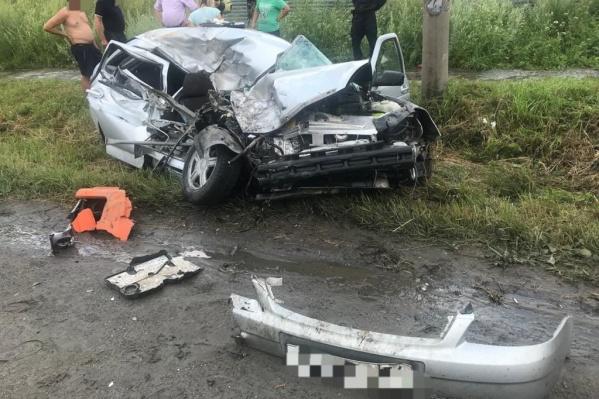 Водителя легкового авто увезли на скорой, он получил тяжелые травмы