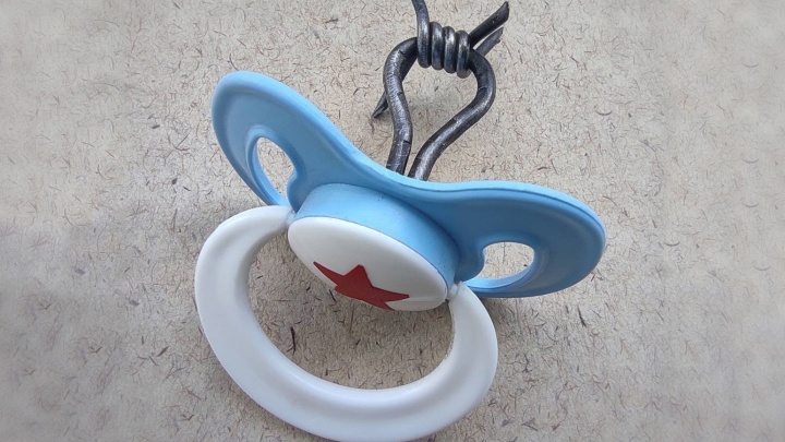 Красноярский художник Слонов начал продавать игрушки ГУЛАГа. Первый лот — соска с колючей проволокой
