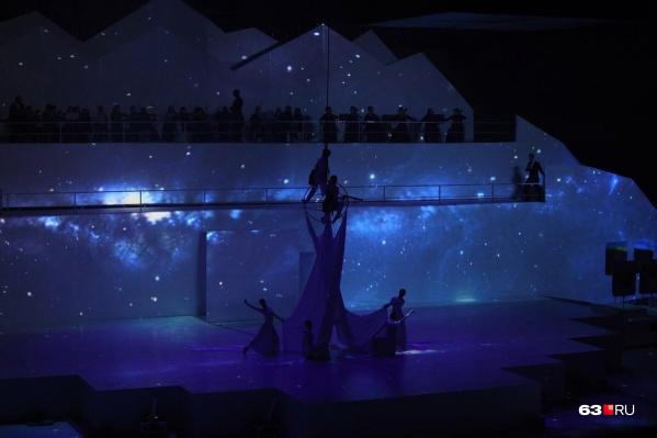 Артистов на сцене будто бы подсвечивало звездное небо