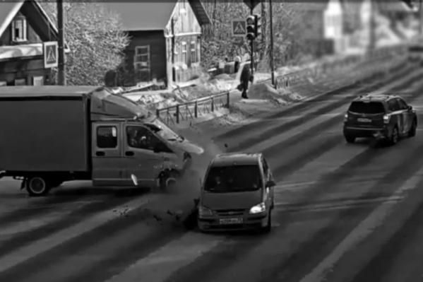 Кто виноват в аварии? «Газель», выехавшая на главную дорогу, илиHyundai Gets, ехавший на желтый свет?