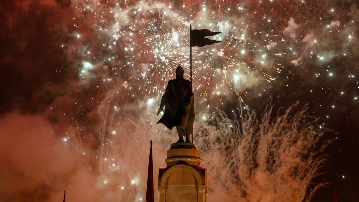 В Волгограде праздничным фейерверком отметили победу в Сталинградской битве