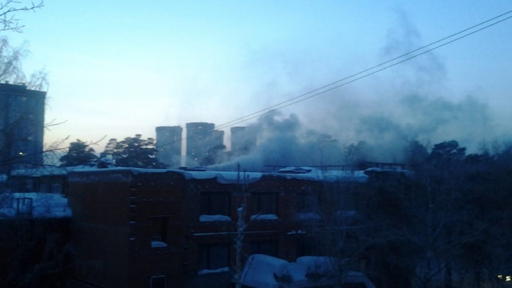В пристройке к зданию бывшего кинотеатра «Космос» вспыхнул пожар — там загорелась сауна