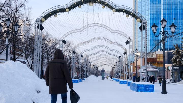 «Друг из Нидерландов смеется»: челябинцы попросили выключить новогодние песни на Кировке — на улице март