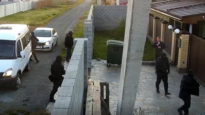 «Перелезли через забор, напугали детей, пнули кота»: как силовики устроили переполох в уральском коттедже
