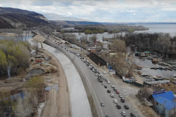 Пробка у моста на въезд в город растянулась на километры