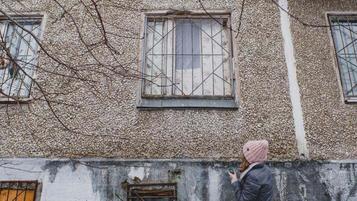 Пермяки жалуются на соседку, которая развела в хрущевке собак и годами не выводит их гулять