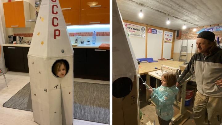 «Все выходные потратили»: новосибирская семья собрала из картона 2-метровую ракету для конкурса в детском саду