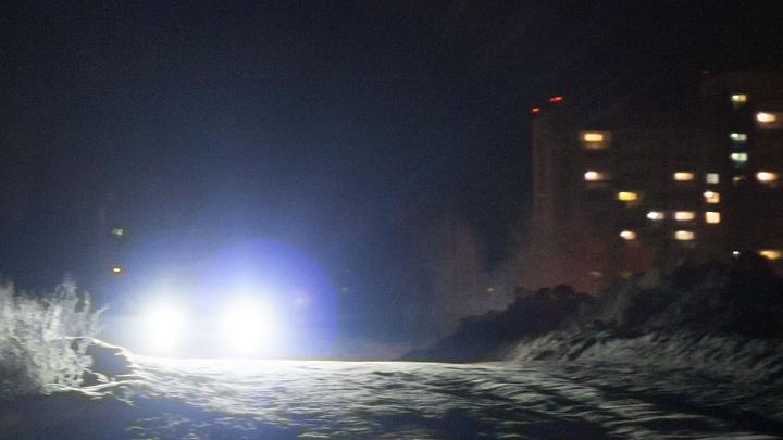 В ХМАО пьяный водитель без прав на скорости протащил полицейского на капоте. Публикуем видео