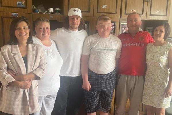 """Артемий Панарин (в центре) пообещал помочь с реабилитацией после операции <nobr class=""""_"""">12-летнему</nobr> мальчику, который живет в Коркино"""