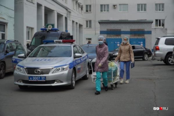 В больнице, где находится нападавший, усиленная охрана