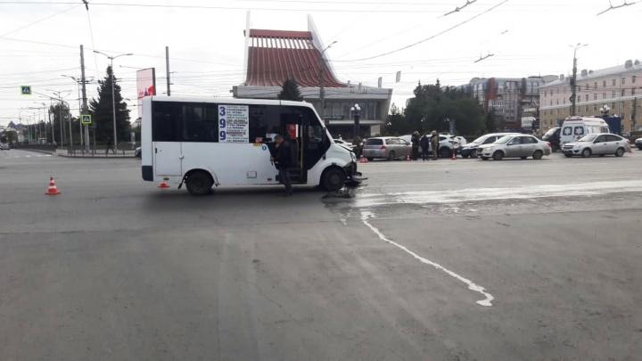 У Театральной площади столкнулись шесть машин — маршрутка не уступила дорогу «Хонде»