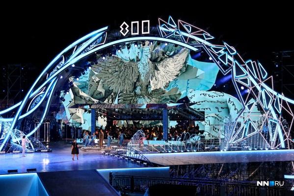 Гала-шоу состоялось на главной сцене перед Речным вокзалом