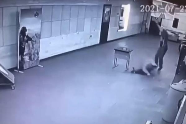 Трагедия попала на камеру видеонаблюдения, которая установлена в помещении клуба