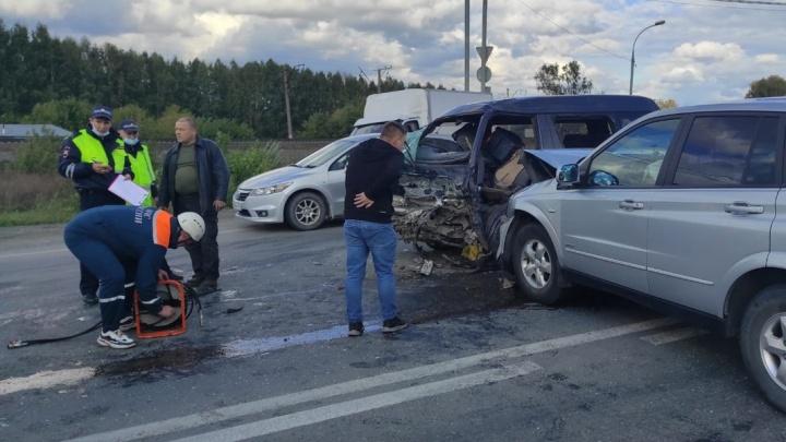 На трассе под Новосибирском лоб в лоб столкнулись две иномарки, пассажира зажало в салоне