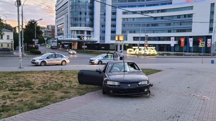 Водитель выпил литр пива: подробности о ДТП в центре Екатеринбурга, где машина сбила двоих пешеходов