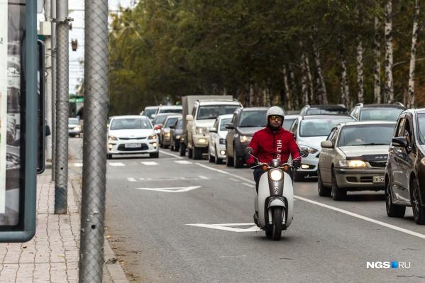 Выделенная полоса для велосипедов могла бы разгрузить транспортные проблемы Новосибирска. Но автор колонки в первую очередь советует отказаться от авто