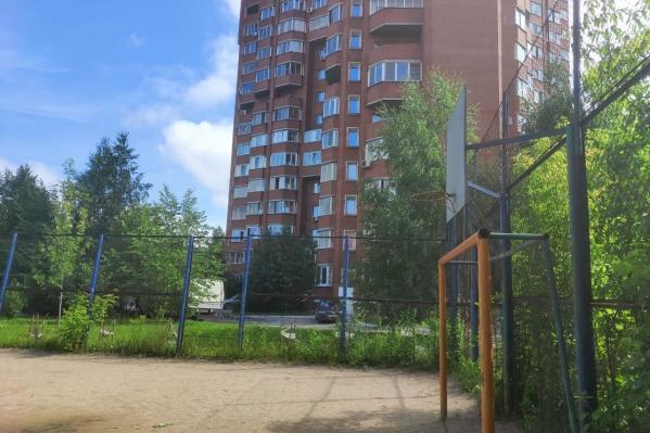 Детская спортивная площадка, где планируется построить церковь, находится буквально в нескольких метрах от дома по улице Адриена Лежена, 15