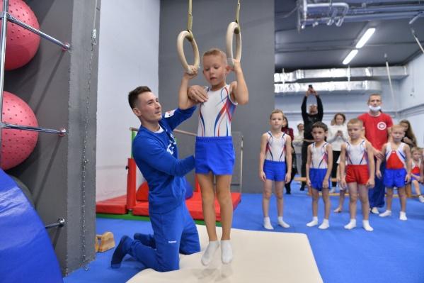 Победитель Олимпийских игр в Токио посетил юных гимнастов в Екатеринбурге