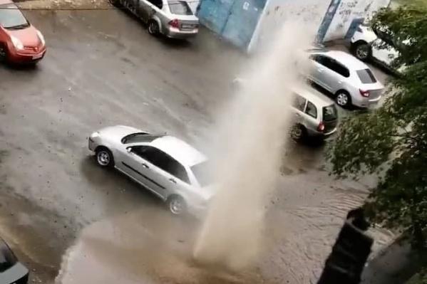 Жители гадали, откуда бьет вода: из трубы канализации или из теплосетей