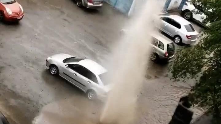 В Челябинске в разгар опрессовки забил фонтан во дворе десятиэтажки
