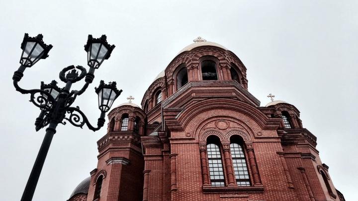 «Это был жуткий заброшенный угол»: фотограф показал укрытый снегом Александровский сквер Волгограда