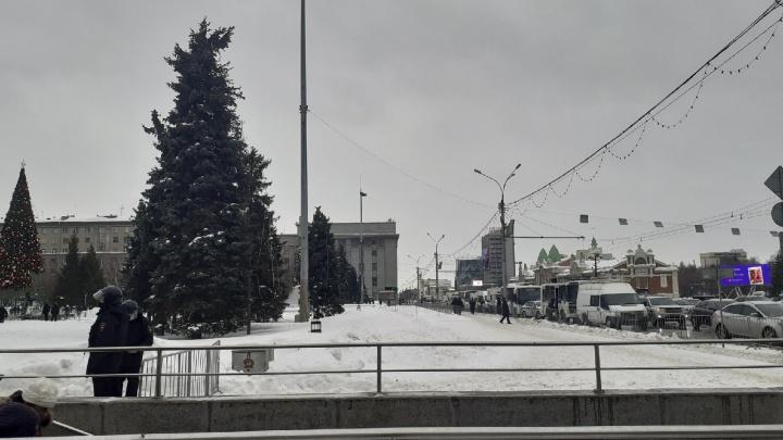 В центре Новосибирска снова выставили ограждения и пригнали автозаки