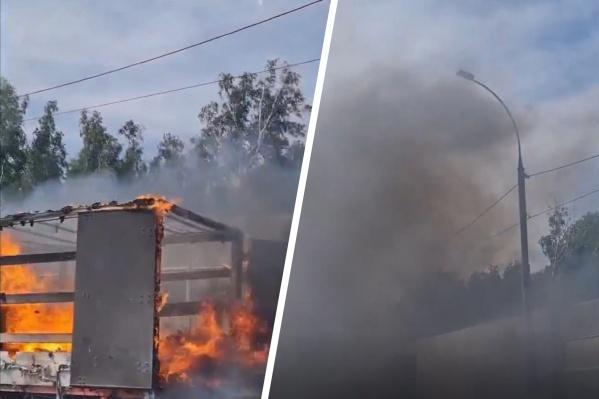 Огонь полностью охватил заднюю часть грузовика