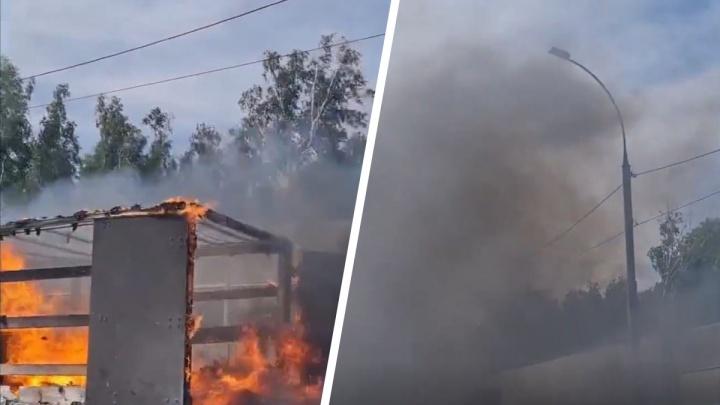 В Новосибирске пострадал водитель горящего грузовика — видео с пожаром на Бугринском мосту
