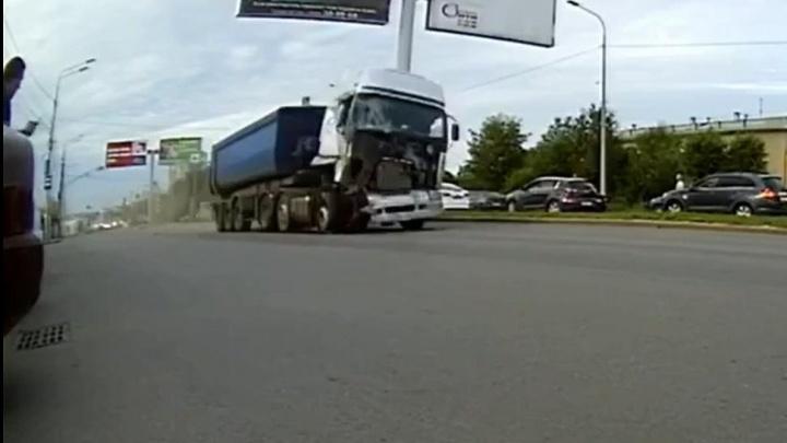 Снес «Газель» на полном ходу: столкновение фуры и маршрутки в Волгограде попало на видео