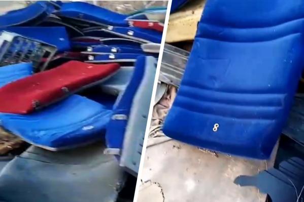 Кресла красного и синего цветов валяются на незаконной свалке