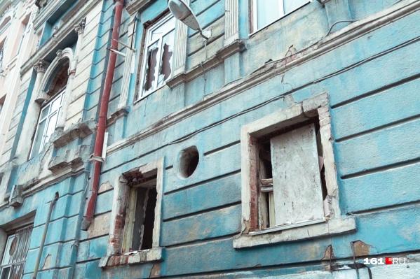 Фасад дома, где когда-то ночевал сын императора, сейчас выглядит жалко