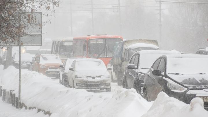 «Мэрия, дай ответ!»: нижегородцам пришлось выталкивать автобус на неубранной от снега дороге