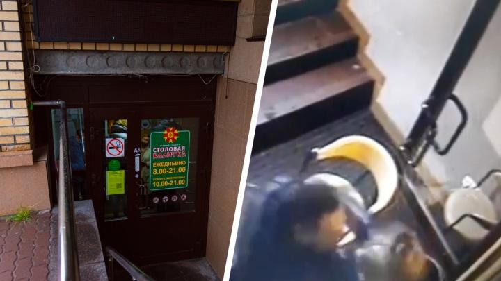 «Сижу на больничном, теряю деньги»: в Архангельске мужчина ударил сотрудницу, проверяющую QR-коды