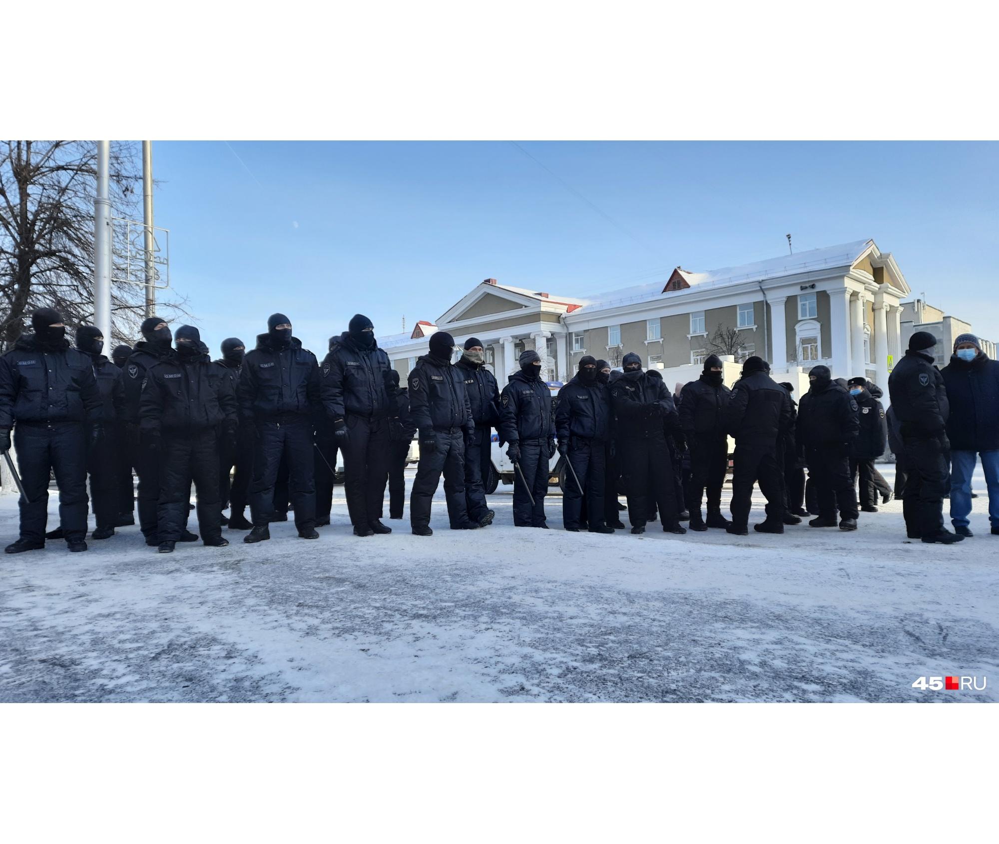 На площадь стянули ОМОН, полицию и казачество