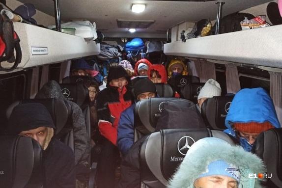 Больше 13 часов пассажиры промаялись в автобусе, после чего их временно расселили в частном секторе села Степного