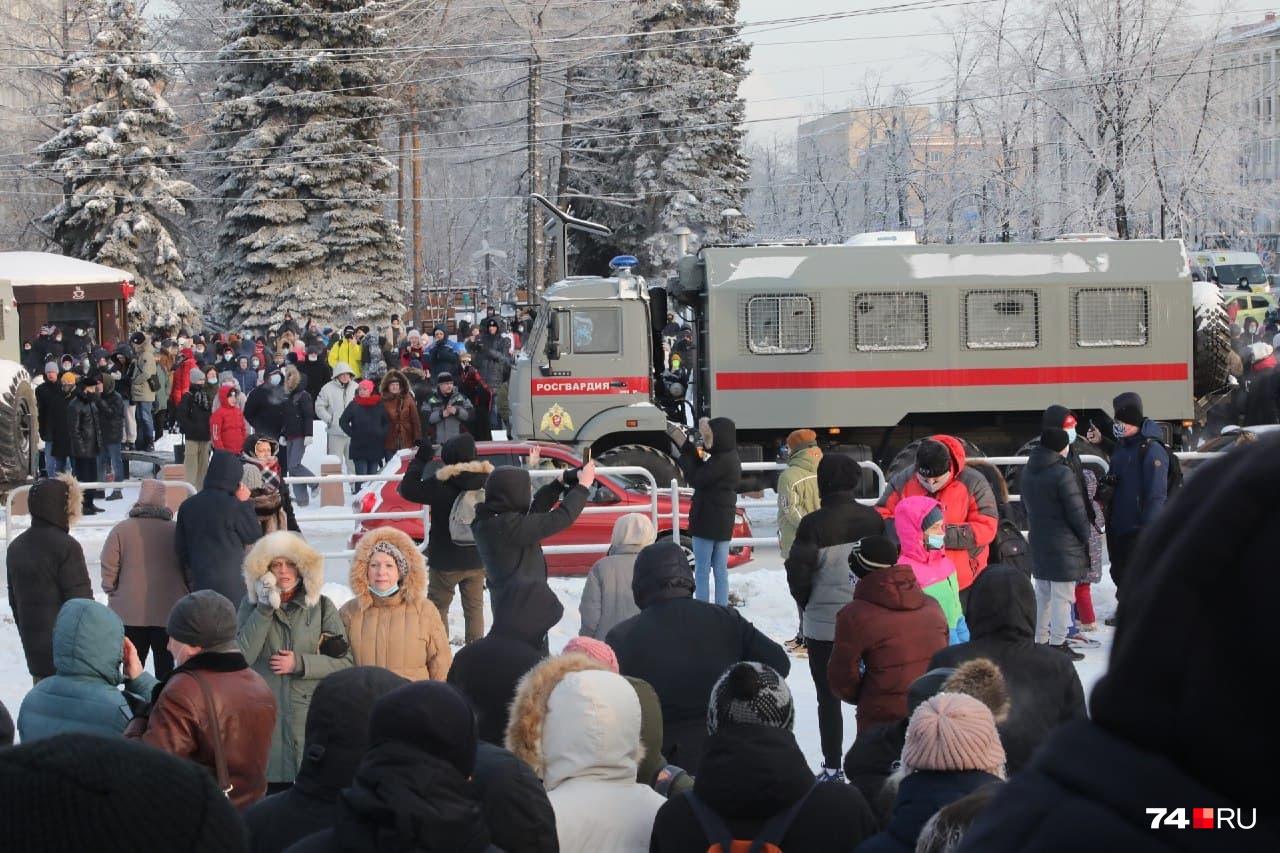 Площадь возле памятника Курчатову была конечной точкой шествия митингующих